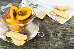 在甜蜂蜜、香草和威士忌酒的新鲜的油桃调味 库存图片