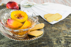 在甜蜂蜜、香草和威士忌酒的新鲜的油桃调味 免版税库存照片