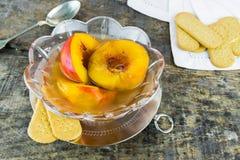 在甜蜂蜜、香草和威士忌酒的新鲜的油桃调味 免版税库存图片