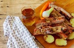 在甜调味汁下的新鲜的给上釉的被烘烤的大牛肉肉肋骨大块与蕃茄辣椒桃红色 免版税库存图片