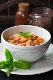 在甜辣味番茄酱的虾用稀薄的米线 中国食物 亚洲菜单 搅动油炸物面条用甜和辣虾 库存图片