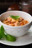 在甜辣味番茄酱的虾用稀薄的米线 中国食物 亚洲菜单 搅动油炸物面条用甜和辣虾 库存照片