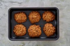 在甜酥饼干,顶视图,特写镜头,选择聚焦的新鲜的被烘烤的巧克力曲奇饼 免版税库存照片