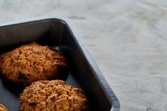 在甜酥饼干,顶视图,特写镜头,选择聚焦的新鲜的被烘烤的巧克力曲奇饼 图库摄影