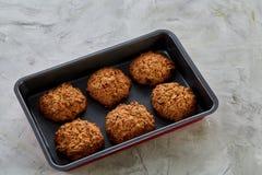 在甜酥饼干,顶视图,特写镜头,选择聚焦的新鲜的被烘烤的巧克力曲奇饼 免版税图库摄影