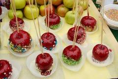 在甜釉的苹果 免版税库存图片