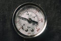 在生产压力传感器米特写镜头黑色危险背景显示的被镀铬的测量仪高空气煤气  免版税库存图片