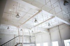 在生产屋子的天花板的老洒水装置 库存照片