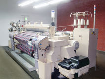 在生产的牛仔布机器 免版税库存照片