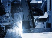 在生产线关闭的焊接机器人操作器-蓝色定调子 库存图片