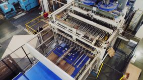 在生产线的展开的纸板箱在工厂 影视素材