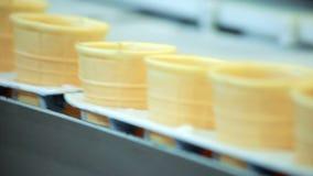 在生产线的空的奶蛋烘饼锥体 食物工厂传送带 食用植物 影视素材