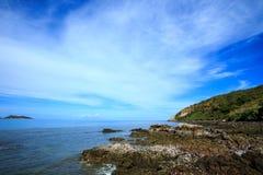 在生动的蓝色海旁边的岩石 库存照片