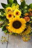 在生动的黄色和橙色颜色的向日葵花束 免版税库存照片