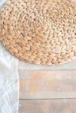 在生态样式和顶楼样式的一张大织地不很细桌 土气柳条餐巾,浅绿色的桌布, diy 被构造的白色 免版税库存照片