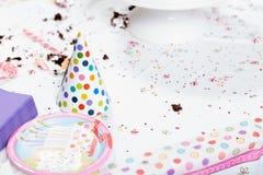 在生日聚会以后的杂乱桌 图库摄影