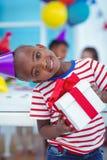 在生日聚会的愉快的孩子 免版税库存照片