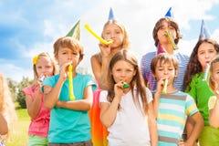 在生日聚会的许多孩子 免版税库存图片