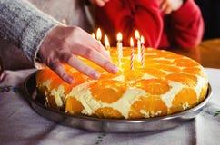 在生日蛋糕的照明设备蜡烛 免版税库存照片