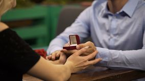 在生活中供以人员做负责任的步,提出婚姻对他心爱的夫人 股票录像