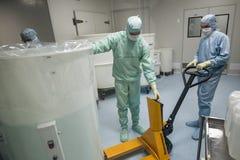 在生物技术公司的生产站点给工作在干净的区域雇用职员 免版税库存图片