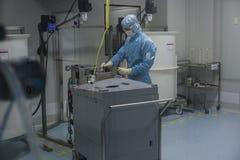 在生物技术公司的生产站点给工作在干净的区域雇用职员 免版税库存照片