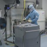 在生物技术公司的生产站点给工作在干净的区域雇用职员 库存照片