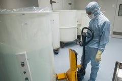 在生物技术公司的生产站点给工作在干净的区域雇用职员 库存图片