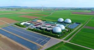 在生物气植物的照相机飞行从养猪场 从生物量的可再造能源 现代农业欧盟 股票视频