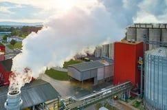 在生物燃料工厂的日落 库存照片