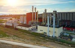 在生物燃料工厂的日落 库存图片