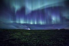 在生苔冰岛熔岩荒野的极光 免版税库存照片