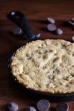 在生铁平底锅的巧克力曲奇饼 图库摄影
