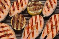 在生铁平底锅的烤三文鱼切片 库存图片