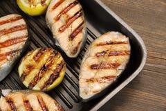 在生铁平底锅的烤三文鱼切片 免版税库存图片