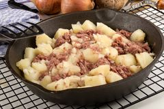 在生铁平底锅的煮熟的咸牛肉马铃薯泥 免版税图库摄影