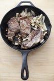 在生铁平底锅的牛排 库存图片