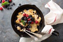 在生铁平底锅的莓果碎屑 库存图片