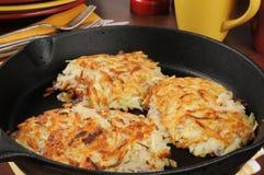 在生铁长柄浅锅的土豆马铃薯饼 库存图片
