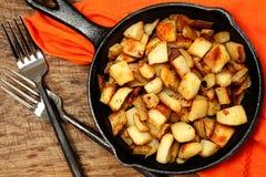 在生铁长柄浅锅的大农场土豆 免版税库存照片