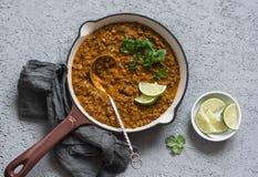 在生铁长柄浅锅的奶油色椰子扁豆咖喱,顶视图 图库摄影