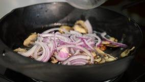 在生铁长柄浅锅的油煎的蘑菇 影视素材