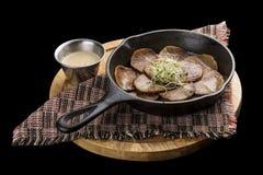 在生铁长柄浅锅的牛舌肉 免版税库存图片