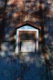在生锈的墙壁的窗口 库存照片
