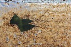 在生锈的波状钢的孔覆盖背景纹理 免版税图库摄影