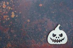 在生锈的背景的木南瓜 免版税库存照片