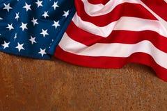 在生锈的背景顶视图的美国国旗 库存图片