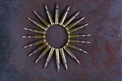 在生锈的金属背景的弹药圈子 图库摄影