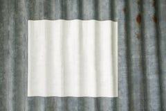 在生锈的锌篱芭的白皮书 库存照片