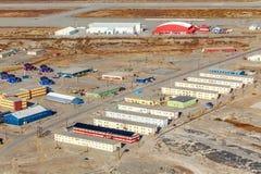 在生活块的Kangerlussuaq鸟瞰图和跑道宣扬 库存照片